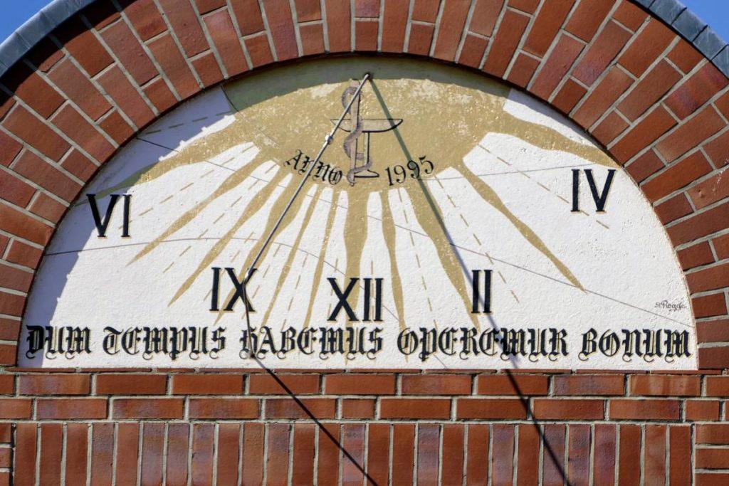 Sonnenuhr mit römischen Zahlen